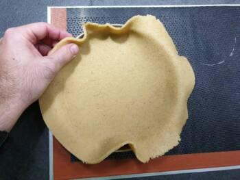 Déplacer ce disque de pâte sur votre cercle beurré et le foncer en faisant glisser la pâte le long des bords.