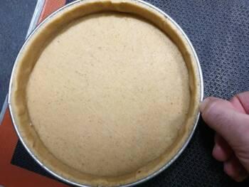 Passer votre ongle pour parfaire le bord de tarte