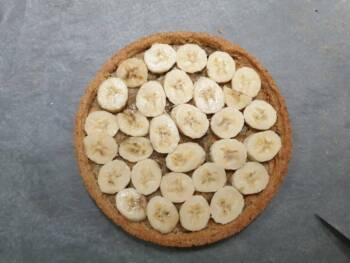 Déposer des rondelles épaisses de banane sur le fond de tarte cuit