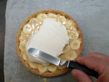 Ensuite, déposer la chantilly : pour plus de gourmandise, j'ai déposé la chantilly en 2 fois : j'ai fait un dôme épais à la spatule.
