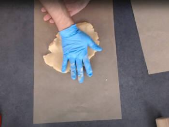 Aplatir grossièrement sur une feuille de papier cuisson