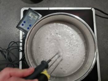Remuer vivement et cuire à feu vif jusqu'à 105-106°C