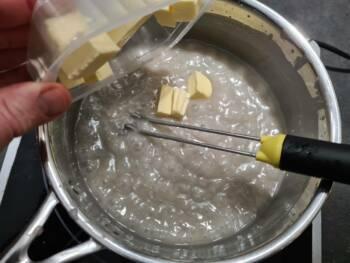 Puis le beurre, bien mélanger