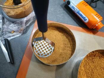 Bien tasser le biscuit reconstitué au fond d'un cercle