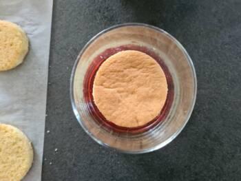 Déposer un biscuit au fond