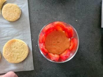 Placer des tranches de fraises contre la paroi interne