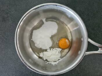 Dans une petite casserole, blanchir l'œuf, poudre à crème, sucre, sel