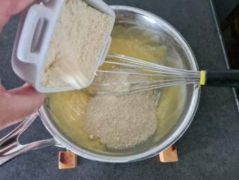 Ajouter la poudre d'amande, mélanger