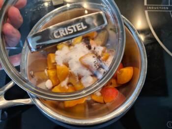 Dans une petite casserole, mettre à compoter les abricots, sucre, vanille, pointe de miel éventuellement