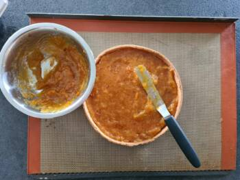 Récupérer votre fond de tarte, déposer la compotée d'abricot
