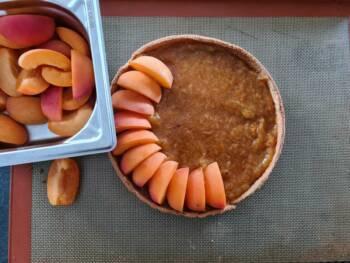 Disposer ensuite gracieusement les quartiers d'abricots.